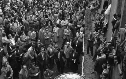 Zuhörer des Petöfi-Kreises vor dem Budapester Offiziersclub