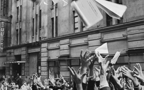 """Menschenmenge in Erwartung der ersten Ausgabe der Zeitung """"Freiheit des Volkes"""""""