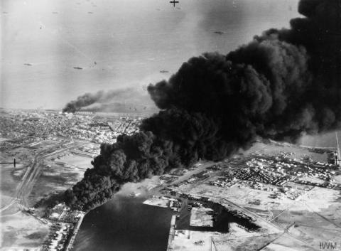 Von den neben dem Suez-Kanal gelegenen Öltanks aufsteigender Rauch nach dem ersten anglo-französischen Angriff auf Port Said am 5. November 1956.