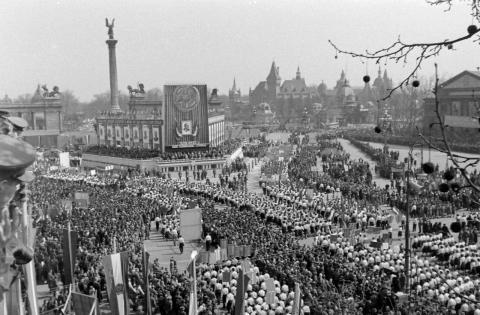 Kundgebung auf dem Budapester Heldenplatz am 4. April 1952. Foto: Rendör Magyar, CC-BY-SA-3.0.