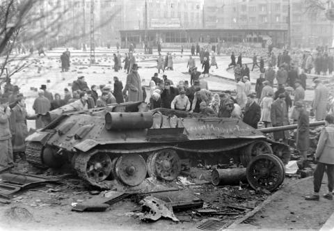 Budapester betrachten das Wrack eines sowjetischen Panzers.